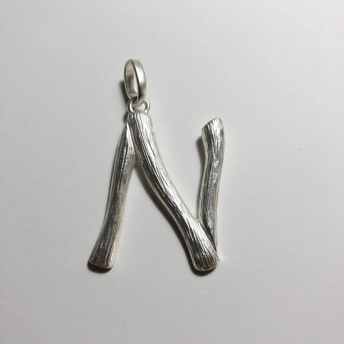 Letras plateadas metal bambú